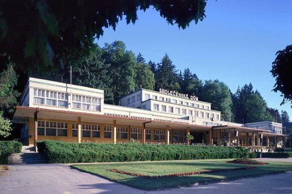 Společenský dům postavený ve 30. letech 20. století je novodobým kulturním a společenským centrem lázní Luhačovice