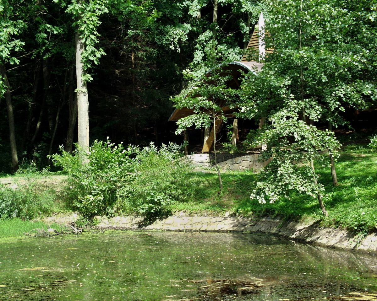 Jezírko lásky je klidná oáza uprostřed lesů