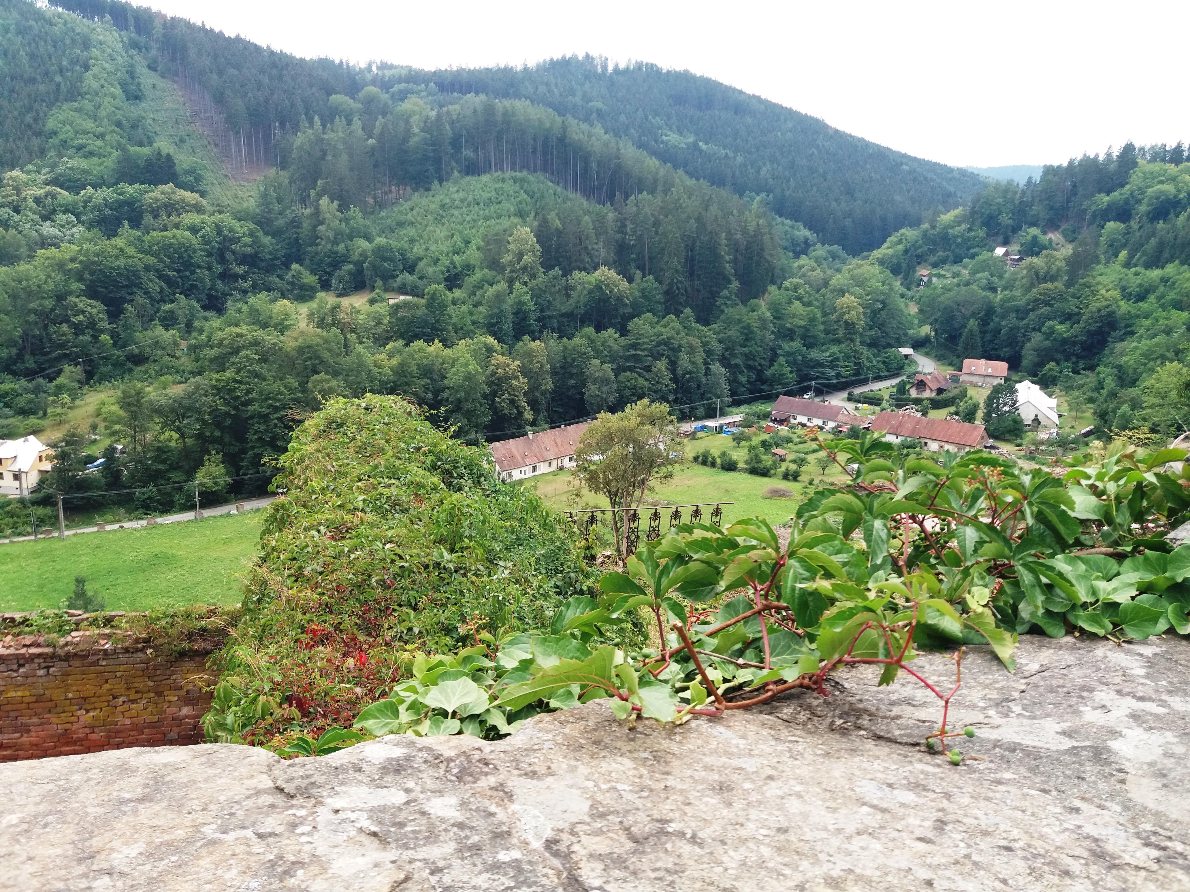 Pohled z hradu do malebné okolní krajiny
