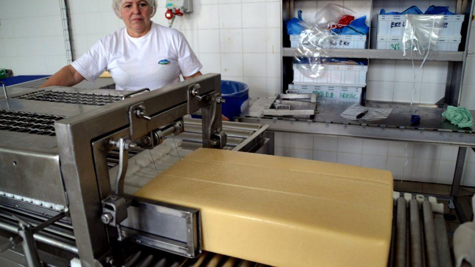 Tvar koule vyráběly jen některé mlékárny u nás, po válce se s průmyslovou výrobou sýrů rozšířil tvar podlouhlého bloku, který eidamu už zůstal