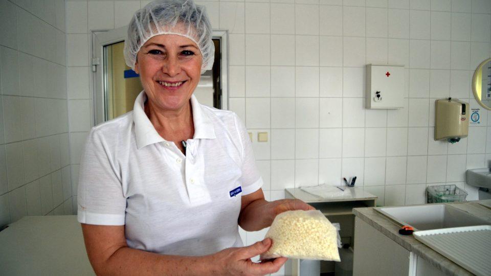"""""""Čeští sýraři znali čerstvé sýry, ale když nastal před válkou boom družstevních mlékáren, začala sem tenkrát expandovat výroba trvanlivých sýrů,"""" uvádí sýrařka Jana Doláková"""