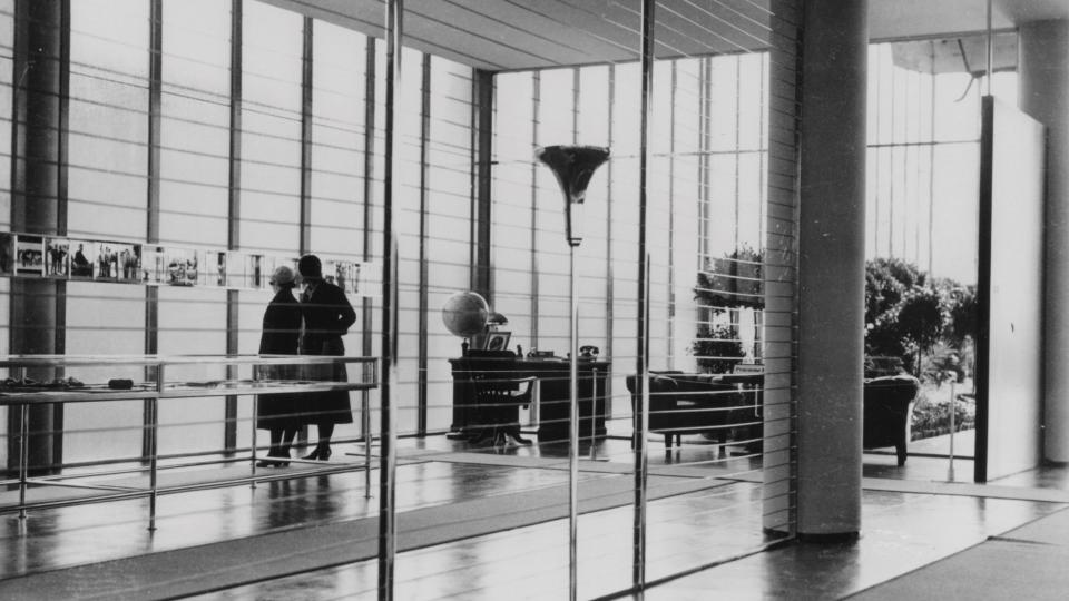 V 50. letech změnil Památník Tomáše Bati podobu, a to díky bočním přístavbám