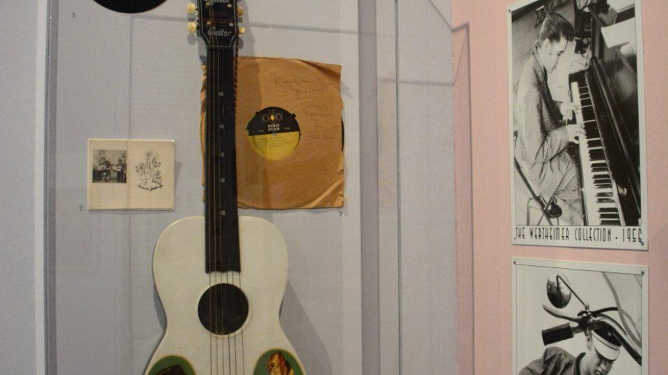 Kytara, fotografie a gramofonové desky. Z výstavy Trude a Elvis v Židovském muzeu ve Vídni
