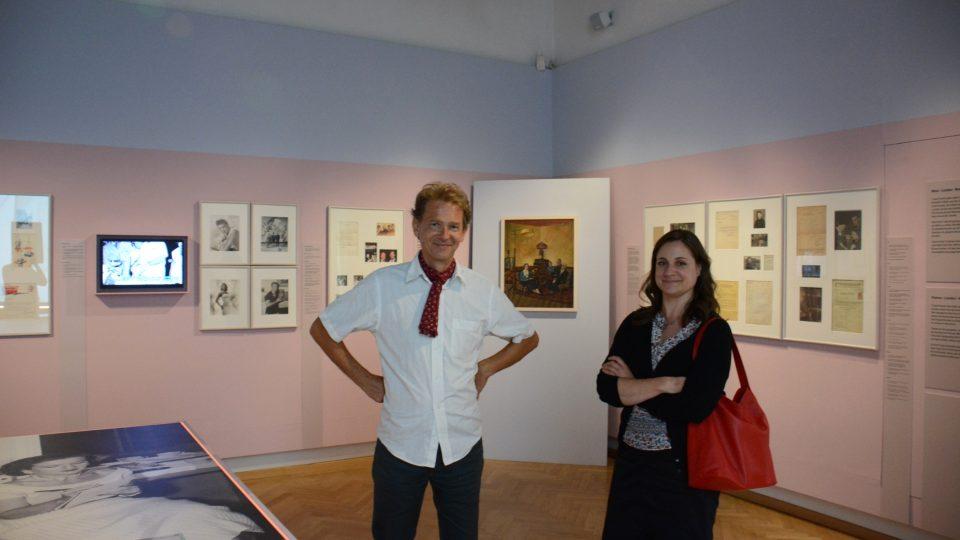 Kurátor výstavy Marcus Patka s návštěvnicí Ursulou Ganglovou