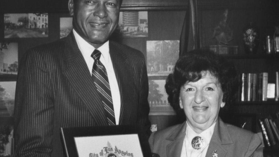 Trude Forsher v roce 1981 s Tomem Bradleyem, bývalým starostou Los Angeles. Zasazovala se za práva rozvedených matek s dětmi