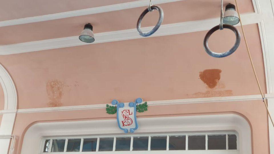 Sokolovna Zlín - tělocvična, zatékající střecha