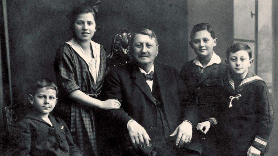 Zikmund Jelínek s vnoučaty