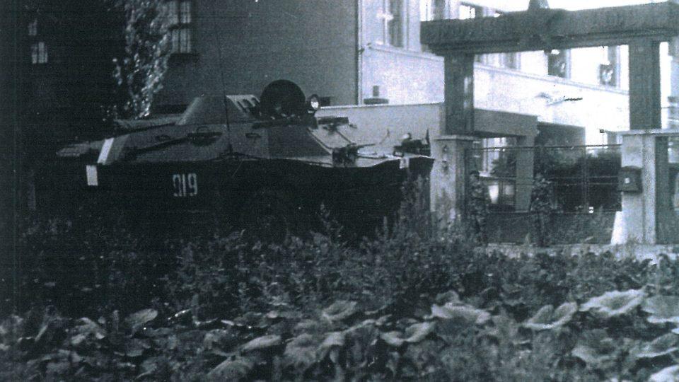 Okupační vojska před kasárnama v Holešově