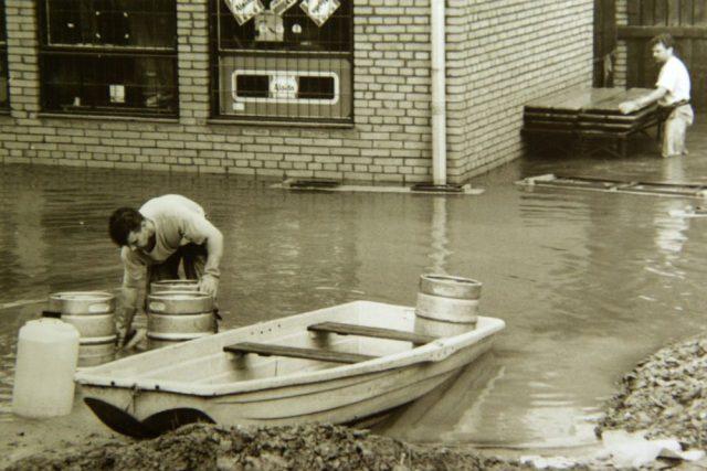 Zachraňování zásob z Otrokovic během povodní v létě 1997