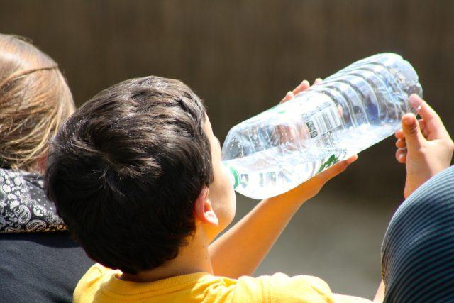Pití, láhev, voda, pitný režim (ilustrační foto)