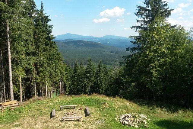 Vrch Beskyd nabízí pohled i na nejvyšší horu Beskyd - Lysou horu