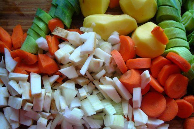 Nakrájená zelenina, brambory, mrkev, cibule (ilustrační foto)