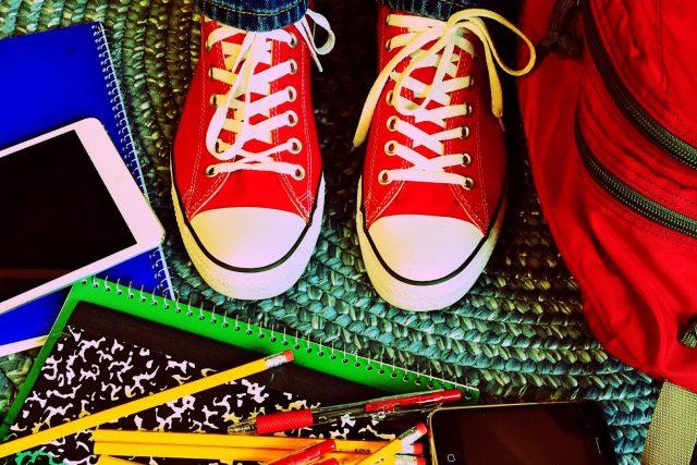 Škola,  učení,  batoh,  sešity,  boty,  tenisky   foto: Fotobanka Pixabay