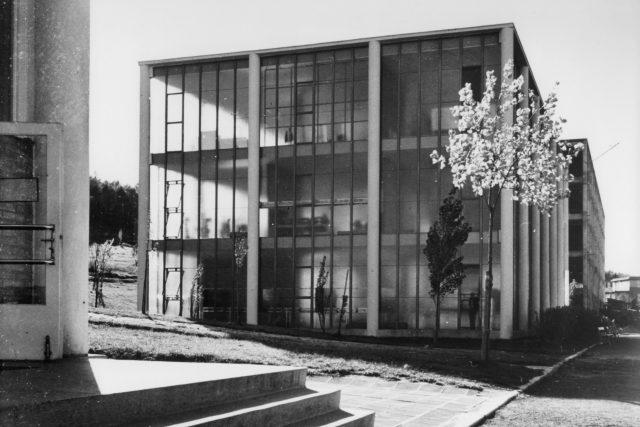 """Budovu vyplnilo katedrální sklo. Gahura chtěl postavit doslova """"skleněný poklop"""" na exponát, kterým bylo letadlo, ve kterém zahynul Tomáš Baťa v Otrokovicích"""