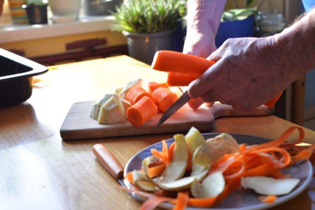 Kořenovou zeleninu včetně zázvoru očistíme, oloupeme a nakrájíme na větší kusy
