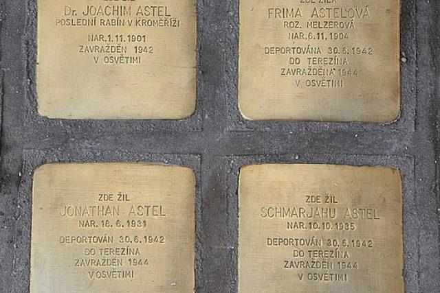 Dlažební kostky v Kroměříži připomínají oběti nacistického tažení proti Židům.