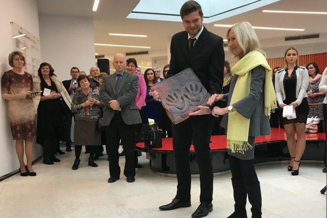Architektka Eva Jiřičná se skleněným odlitkem svých rukou