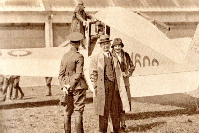 Tomáš Baťa s chotí u letadla Junkers, pilot Brouček na křídle (Pestrý týden, 30. 7. 1932)