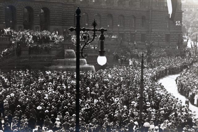 Oslava půlstoletí Národního divadla v Praze 16. května 1918 – shromáždění na Václavském náměstí u Zemského muzea