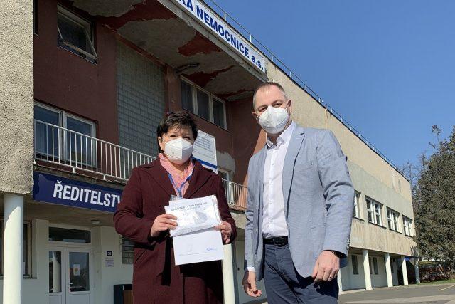 Předání daru Kroměřížské nemocnici (5400 respirátorů vyrobených na stroji, který České republice daroval Tchai-wan)