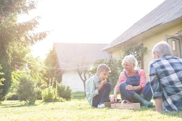 Prarodiče s vnukem na chalupě (ilustrační foto)