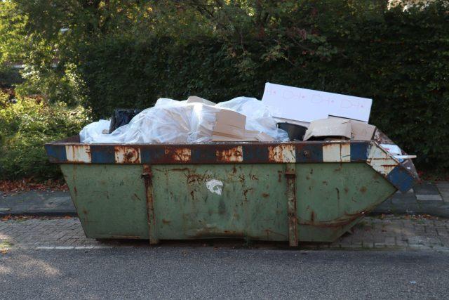 Velkoobjemový kontejner plný odpadu