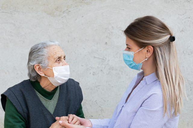 Lidé nemohou navštívit své blízké v domovech pro seniory | foto: Fotobanka Profimedia
