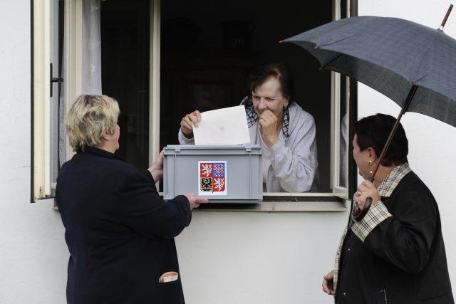 Přenosná volební urna - volba z okna