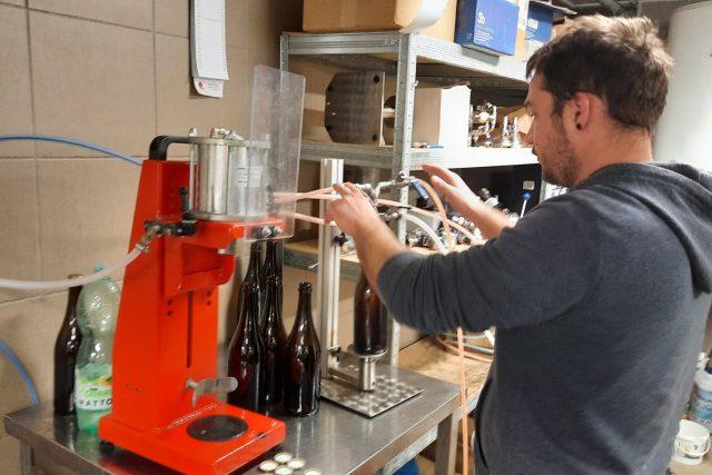 Minipivovar Topolná - Topolský pivovar,  plnění do lahví   foto: Michal Sladký,  Český rozhlas
