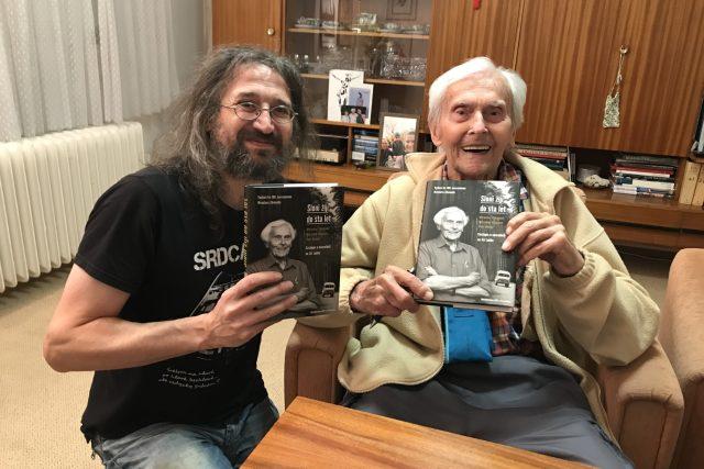 Miroslav Zikmund a Miroslav Náplava při předání knihy Sloni žijí do sta let