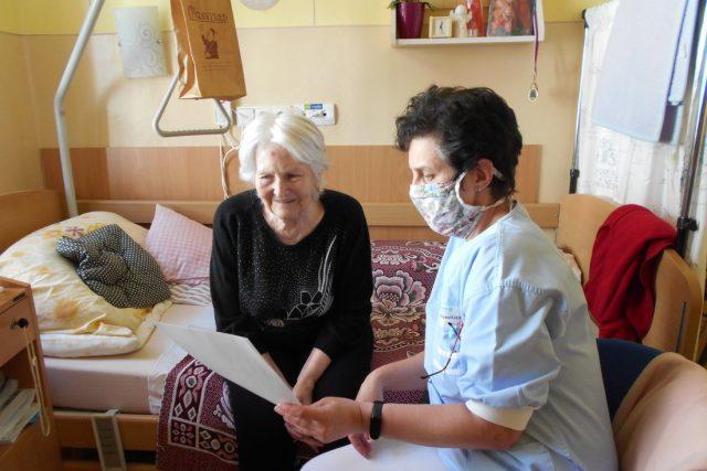 Lidé v domovech pro seniory jsou vděčni za každý kontakt,  třeba i dopisem | foto: Diakonie ČCE