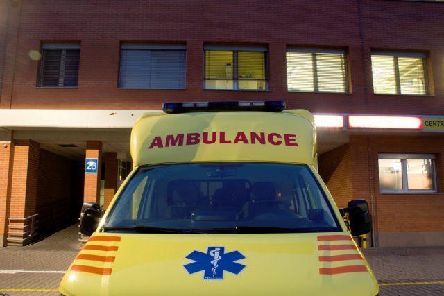 Krajská nemocnice Tomáše Bati ve Zlíně - vůz ambulance pře jednou z budov   foto: Lukáš Králíček