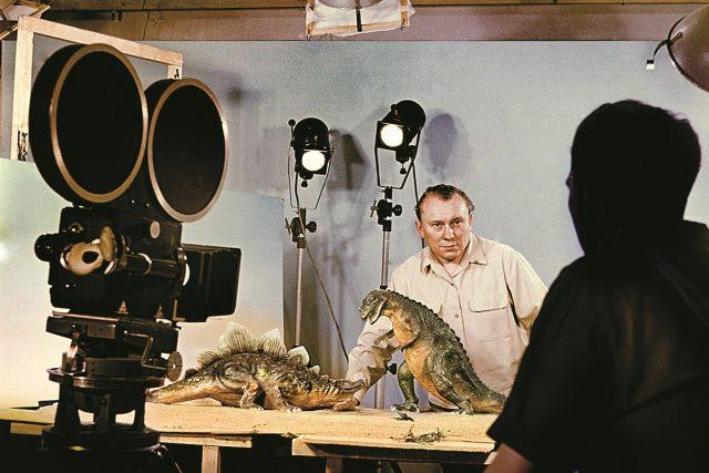 Snímky zachycující natáčení legendární Cesty do pravěku. Na snímku Karel Zeman ve zlínském ateliéru.