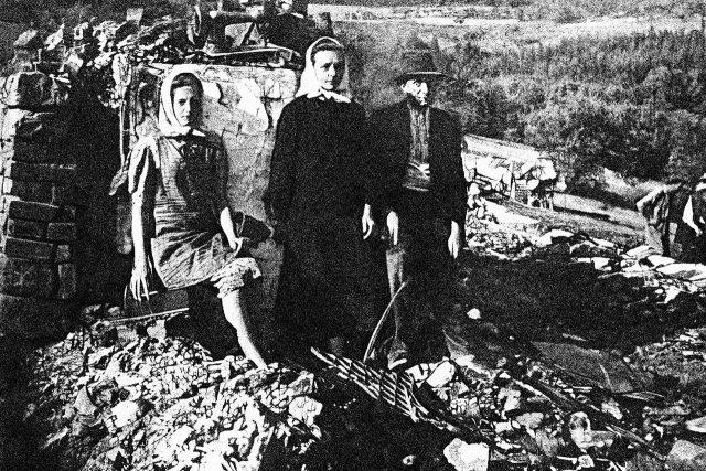 Obyvatelé Prlova u svých vypálených domů