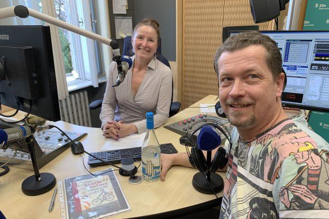 Robert Hájek ve studiu Českého rozhlasu Zlín s moderátorkou Andreou Kratinovou