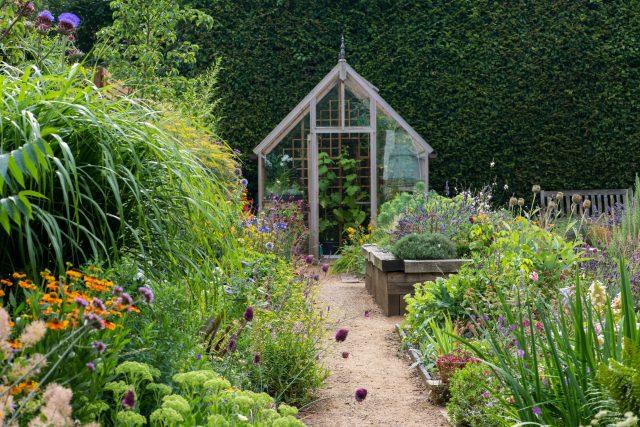 Zahrada se skleníkem a vyvýšeným záhonem | foto: Profimedia