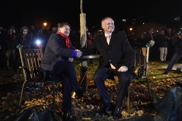 Andrej Kiska a Michael Žantovský odhalili ve Zlíně lavičku Václava Havla