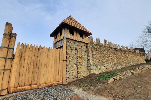 Archeoskanzen Modrá, hradby a strážní věž