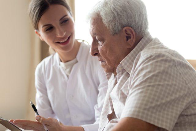 Senior, pomoc, sociální (ilustrační)