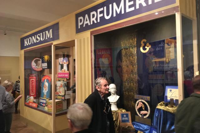 Výstava ukazuje i dobovou reklamu Schichtových závodů