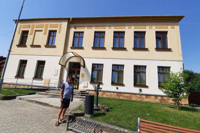 Karel Chvilíček před bývalou školou ve Vlčnově | foto: Michal Sladký,  Český rozhlas