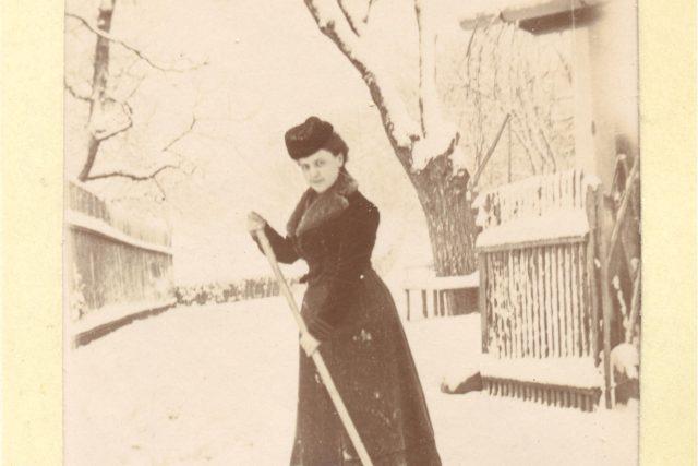 Zdeňka Heydůšková.dcera Bedřicha Smetany,  jak se kolem roku 1905 prohání na lyžích s jednou tyčkou v ruce po Lukově | foto: archiv Spolku přátel hradu Lukova