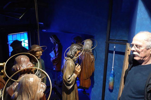 Orlojník Petr Skála pravidelně kontroluje a také oprašuje dvanáct apoštolů   foto: Barbora Kvapilová,  Český rozhlas,  Český rozhlas