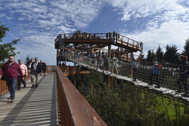 Pustevny - Stezka Valaška (Stezka v oblacích) s turisty