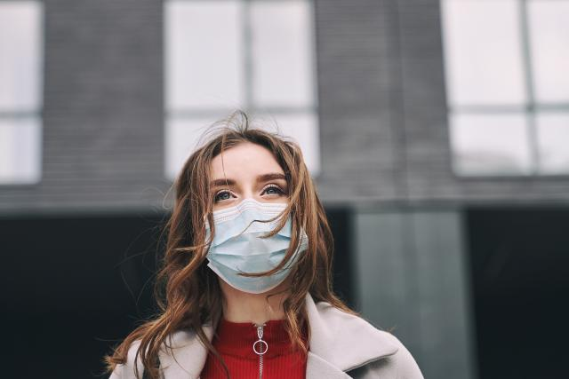 Koronavirus,  rouška,  žena,  covid-19,  pandemie,  epidemie,  nákaza,  ochranné pomůcky,  ilustrační foto | foto: Fotobanka Profimedia