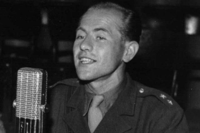 Emil Zátopek u rozhlasového mikrofonu  (1948) | foto: autor neznámý,  Archivní a programové fondy Českého rozhlasu