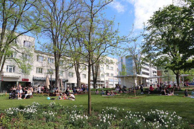 Park Komenského ve Zlíně je při pěkném počasí plný lidí