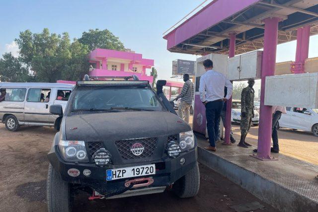 Tankování na benzině v Chartúmu po uplacení obsluhy  (Expedice Z101,  Súdán) | foto: Expedice Z101  (bodhi.style s.r.o.)