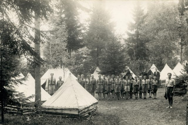 1935 Hradišťstí skauti na táboře u Ratmírova - ranní nástup