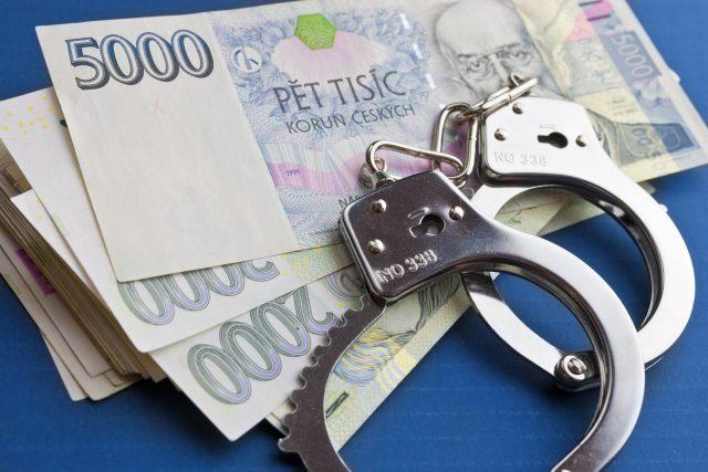 Peníze, podvod, daňový únik, pouta (ilustrační)